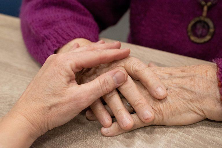 El contacto físico es esencial en el alzhéimer