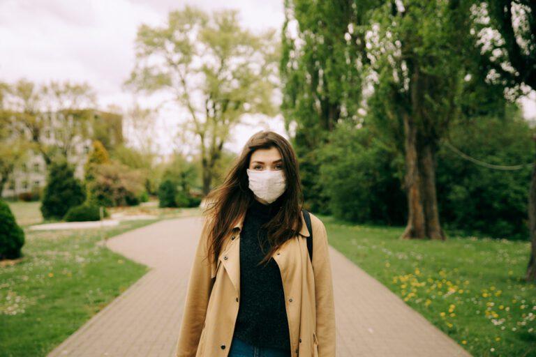 Disfrutar de pequeñas cosas como un paseo es una buena estrategia de autocuidado frente a la fatiga pandémica.