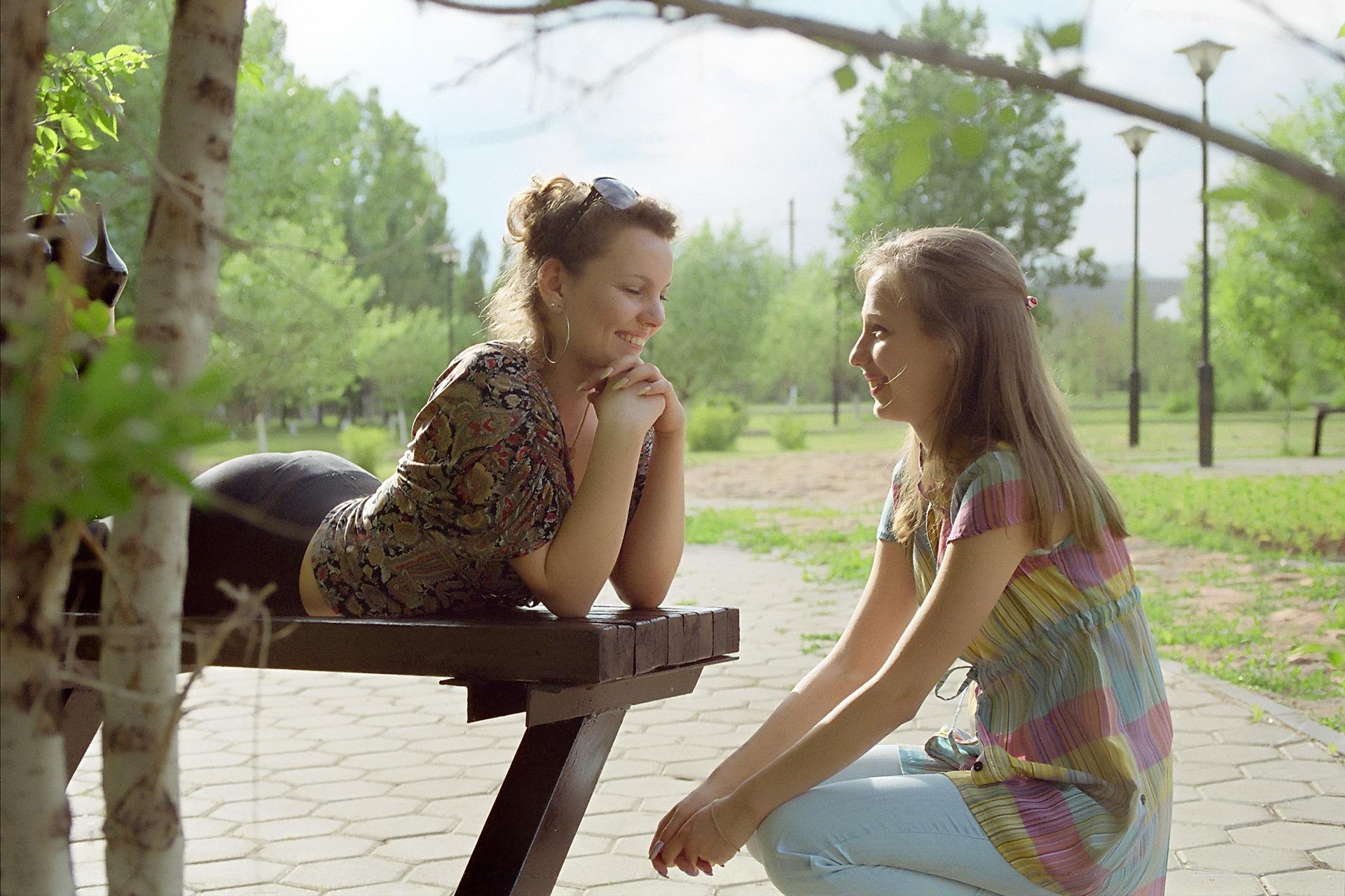 La escucha activa implica resistir la tentación de dar consejos y de juzgar al otro.
