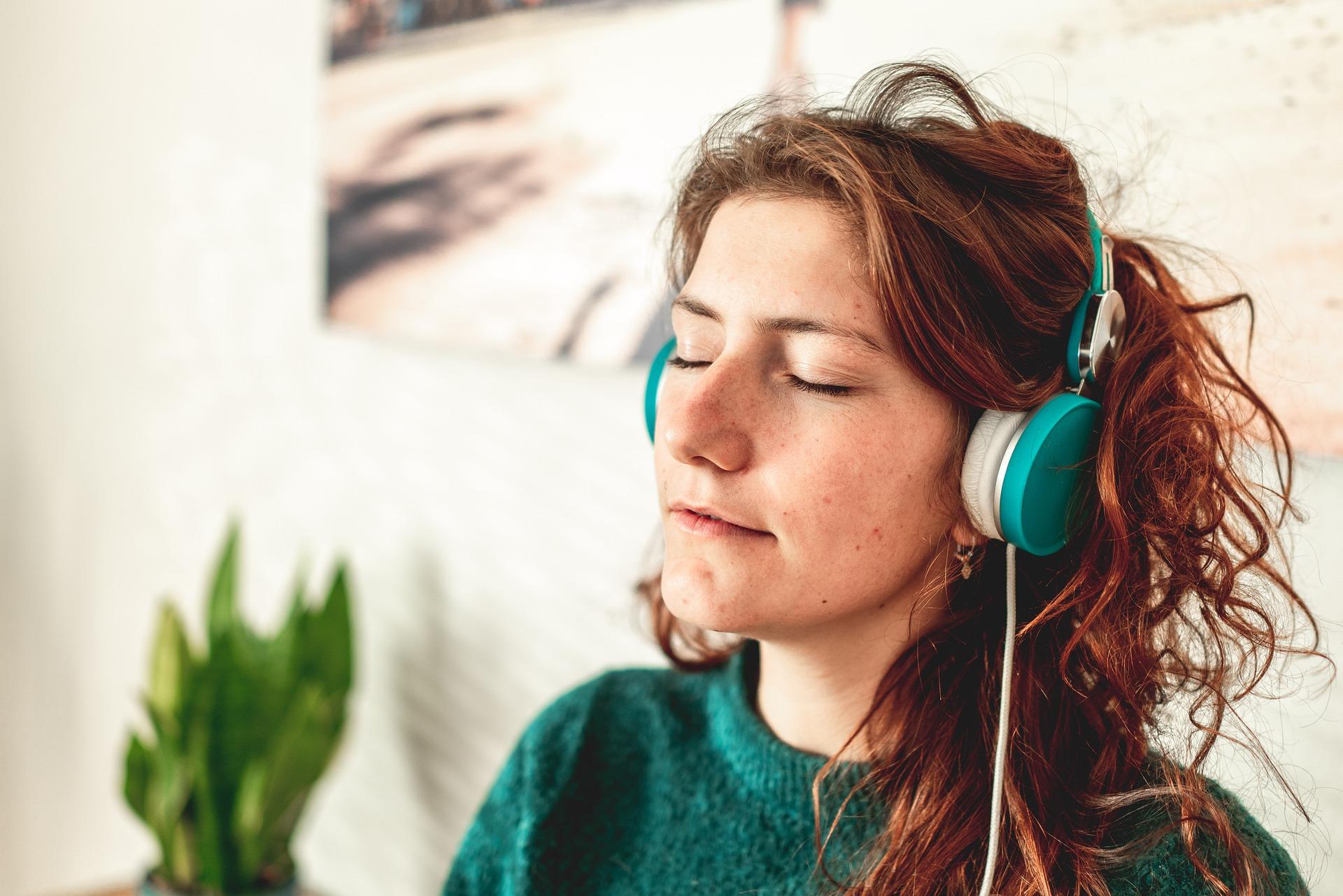 Unos auriculares con música pueden ser de gran ayuda para las personas con misofonía.