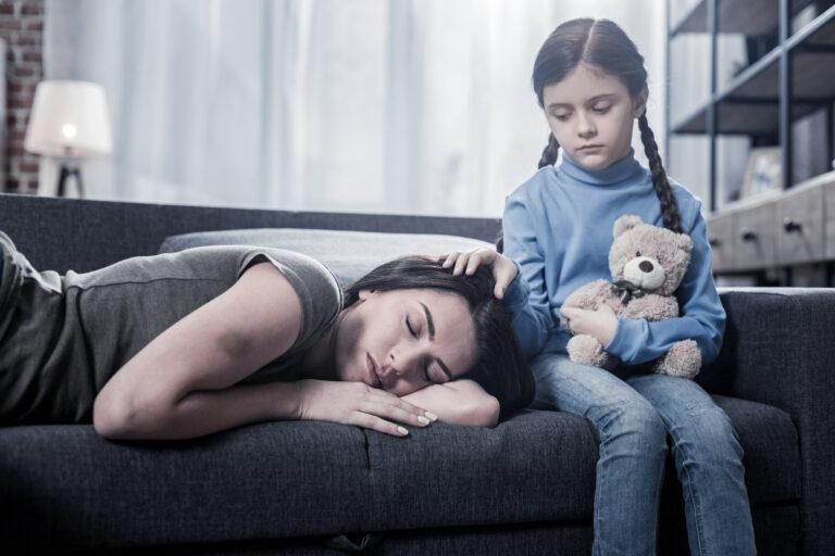 La parentificación se produce cuando los niños ejercen de padres.